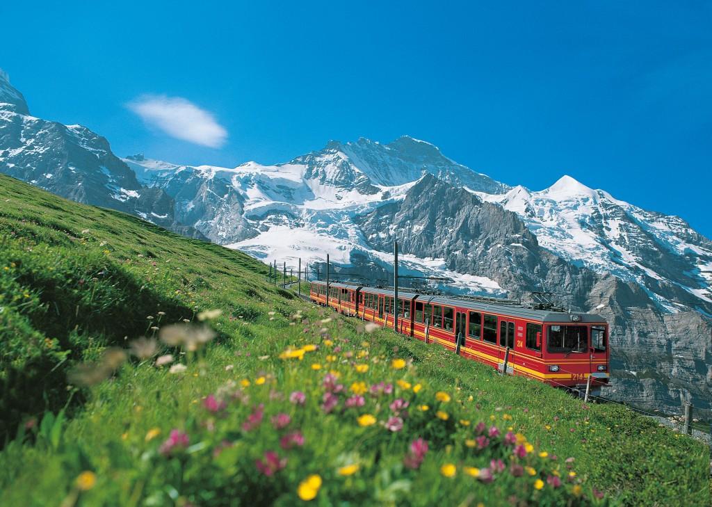 Insight Vacations Jungfraubahn vor der Jungfraubahn