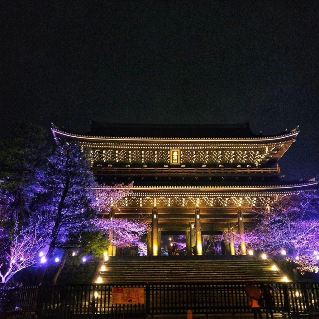 Fushimi Inari Shrine in Kyoto, photo credit: @orslnsight
